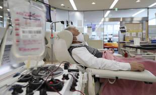 Un homme donne son sang à Osaka, le 9 avril.