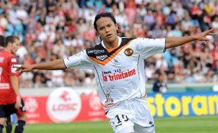 L'attaquant Marama Vahirua, ici lors d'un match Lille-Lorient en Ligue 1, va retrouver un club morbihannais sur sa route.