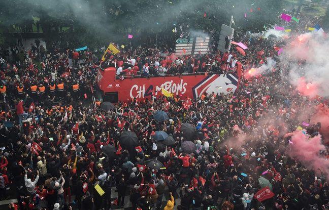 Plusieurs milliers de supporters de Lille sont venus acclamer les joueurs dans les rues de la ville