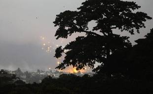 Des explosions durant l'attaque menée par l'ONU et l'armée française à Abidjan, le 4 avril 2011.