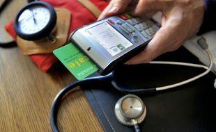 Un médecin enregistre une consultation sur une carte vitale, en septembre 2013