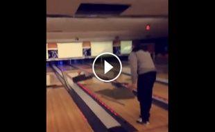 la vidéo des copains qui détruisent le plafond d'un bowling.