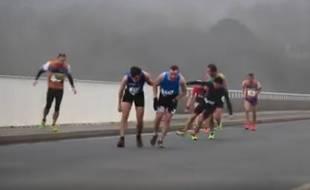 Capture d'écran de la vidéo d'Henry Dumoustier publiée sur Facebook où l'on voit des coureurs à pied lutter contre le vent près de Brest.
