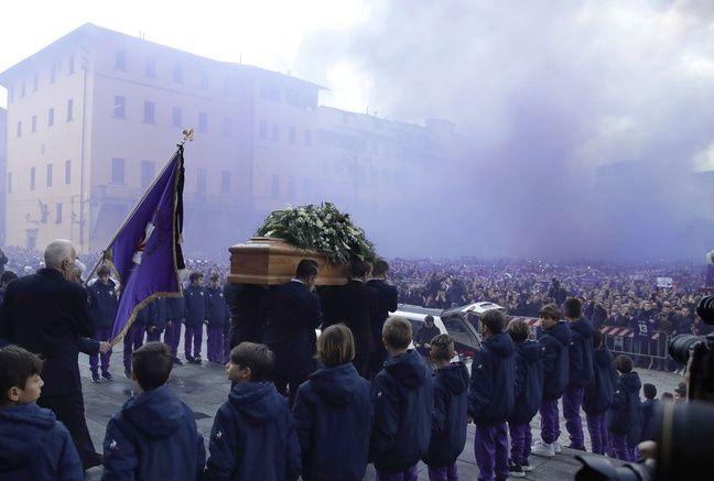 A la sortie de la cérémonie, sous les fumigènes aux couleurs de la Viola.