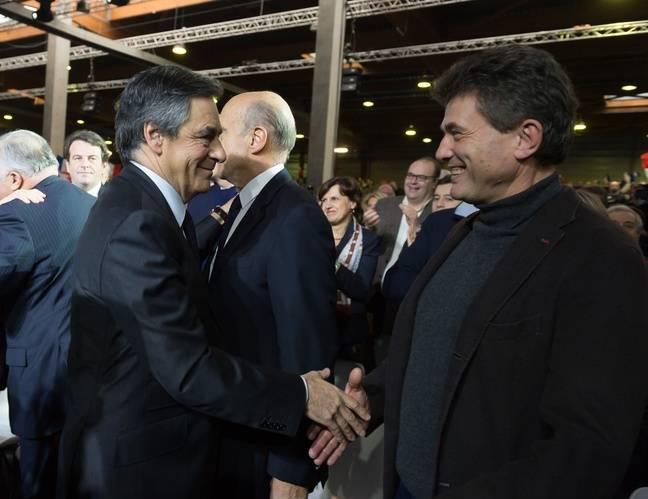 Poignée de mains entre François Fillon et Henri de Castries, ex PDG d'Axa, le 29 janvier 2017 à Paris.