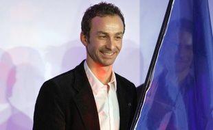 Le biathlète Vincent Defrasne, nommé porte-drapeau de la délégation pour les Jeux Olympiques de Vancouver, le 12 janvier 2009, à Paris.
