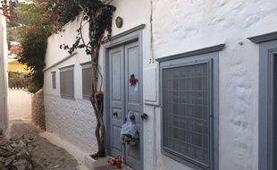 Devant la maison de Léonard Cohen sur l'ile grecque d'Hydra le 11 novembre 2016