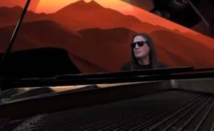Francis Lalane dans le clip de sa chanson Plus jamais ça