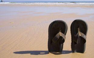 Des tongs sur une plage. Illustration.