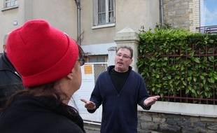 Pierre, fils de Maryvonne Thamin, devant la maison de sa maman occupée depuis 18 mois par des squatteurs.