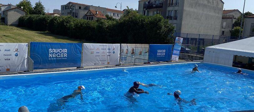 Des enfants apprennent à nager dans une piscine éphémère à Bagnolet, en Seine-Saint-Denis, le 22 juillet 2021.