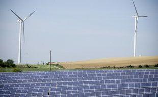 Fin du chantier d'un gigantesque parc photovolta•que ˆ c™tŽ d'un parc d'Žoliennes. 5/05/2011 Avignonet-Lauragais