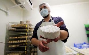 Antoine Rocul a créé un camembert breton, qu'il conçoit à Nouvoitou, près de Rennes, avec du lait bio et local.