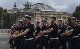 Des soldats de la marine défilent sur l'avenue des Champs Elysées lors d'une répétition du défilé du 14 juillet à Paris le lundi 12 juillet 2021.