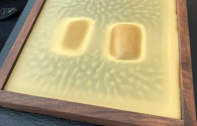 L'omble de chevallier est cuite dans la cire d'abeille à 85 degrés. Le liquide va progressivement se refroidir et se solidifier.
