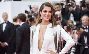 """Iris Mittenaere monte les marches pour le film """"Plaire, aimer et courir vite"""" de Christophe Honoré au Festival de Cannes."""