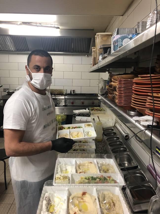 Youcef en train de préparer les plats pour les personnels soignants.