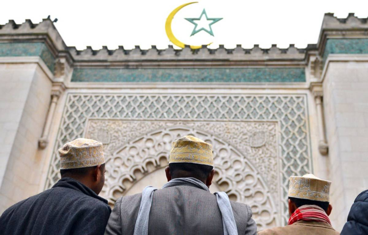 Illustration de musulmans devant la Grande Mosquée de Paris, le 26 octobre 2012. – MIGUEL MEDINA / AFP