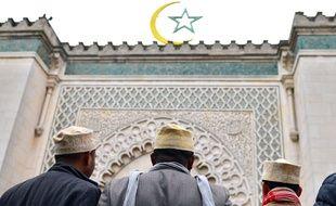 Illustration de musulmans devant la Grande Mosquée de Paris, le 26 octobre 2012.