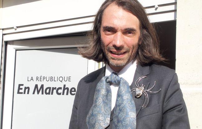 Orsay, le 31 mars 2017. Cédric Villani devant son QG de campagne en Essonne.