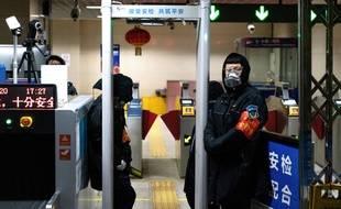 Une porte de contrôle de température à l'aéroport de Pékin.