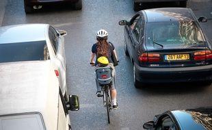 Les deux roues doivent slalomer parmi les voitures.