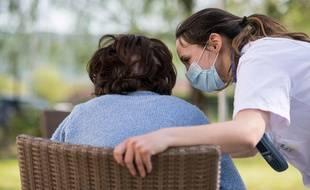 Une personne âgée et une soignante dans un Ehpad.