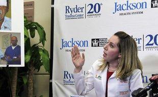 Le docteur Wrood Kassira montre des images de Ronald Poppo lors d'une conférence de presse à Miami le 12 juin 2012.