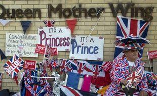 Les fans font le  le pied de grue  devant le St Mary's Hospital où Kate Middleton pourrait accoucher, le 22 avril 2015