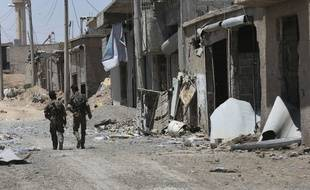 Des combattants des Forces démocratiques syriennes dans l'est de Raqqa, le 26 juillet 2017.