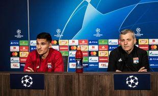 Houssem Aouar et Bruno Genesio, ici dans l'auditorium du Parc OL ce lundi, à la veille du 8e de finale aller de Ligue des champions contre le Barça. JEFF PACHOUD