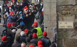 La manifestation de Quimper contre l'écotaxe et pour l'emploi en Bretagne face à une cascade de plans sociaux, qui a rassemblé samedi entre 15.000 et 30.000 manifestants à bonnets rouges, a donné lieu à des échauffourées qui ont peu à peu pris fin dans la soirée.