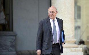 Le ministre des finances Michel Sapin quitte l'Elysée à Paris le 9 avril 2014