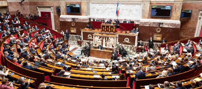 En plein débat sur le prix des carburants et de l'énergie, l'Assemblée nationale a largement voté le premier volet du budget 2022, le 19 octobre 2021