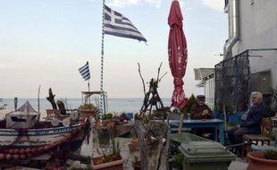 Des Grecs sont assis à la terrasse d'un café sur la plage de Katerini, dans le nord de la Grèce, le 13 avril 2015