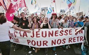 Des lycéens et étudiants en grève, hier sur le Vieux-Port, derrière la banderole unitaire «La retraite, une affaire de jeunes».
