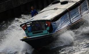 """Tous les matins, pour se rendre à l'université, Pam saute à bord d'un """"khlong boat"""", ces bateaux qui filent sur le grand canal traversant Bangkok, comme des dizaines de milliers d'habitants de la capitale thaïlandaise, chaque jour un peu plus engorgée par les embouteillages."""