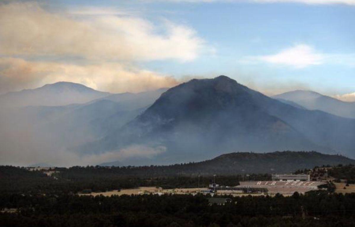 """L'incendie qui fait rage près de Colorado Springs (ouest des Etats-Unis) a détruit """"des centaines de maisons"""", a déclaré jeudi le maire de la ville, alors que les pompiers espèrent qu'une météo plus clémente les aidera dans leur combat contre les flammes. – Chris Schneider afp.com"""
