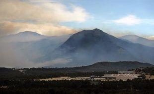 """L'incendie qui fait rage près de Colorado Springs (ouest des Etats-Unis) a détruit """"des centaines de maisons"""", a déclaré jeudi le maire de la ville, alors que les pompiers espèrent qu'une météo plus clémente les aidera dans leur combat contre les flammes."""