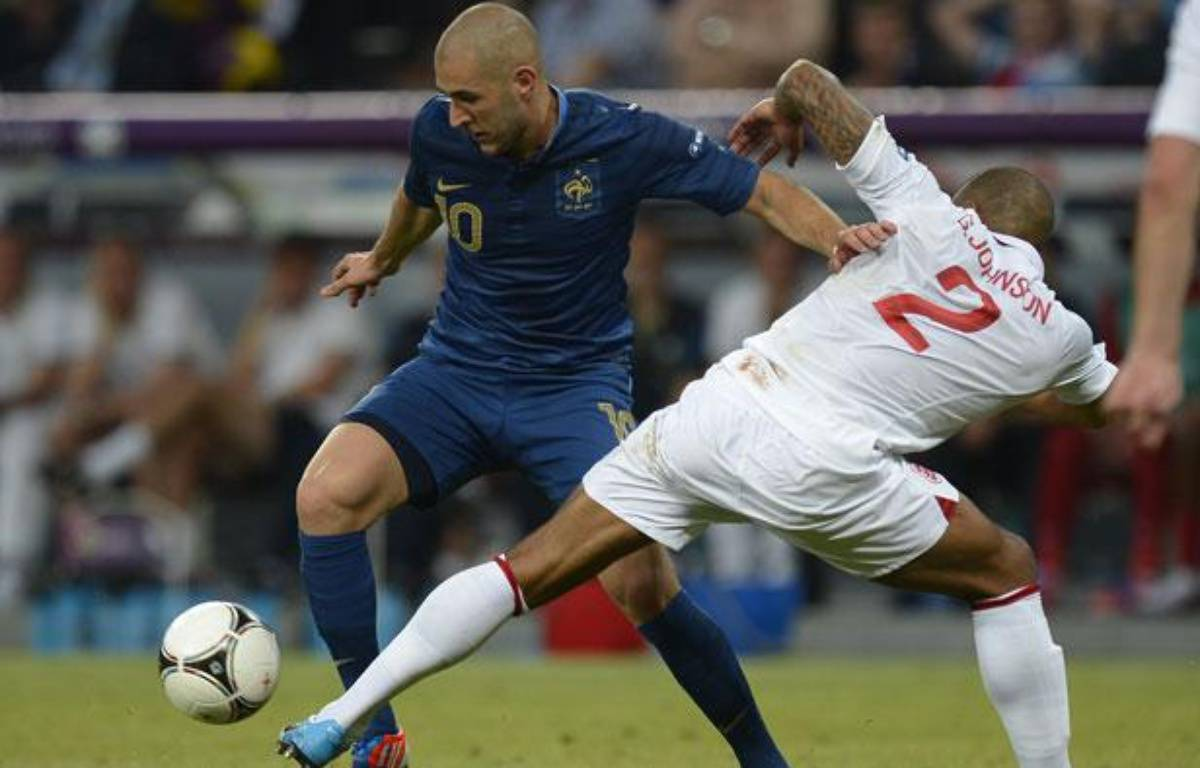 Karim Benzema en duel avec Glen Jonhson, lors du match France-Angleterre de l'Euro, le 11 juin 2012. – FILIPPO MONTEFORTE / AFP