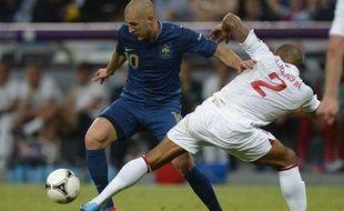 Karim Benzema en duel avec Glen Jonhson, lors du match France-Angleterre de l'Euro, le 11 juin 2012.