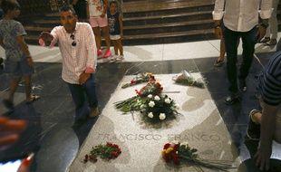 Un homme fait un salut à côté de la tombe controversée du dictateur espagnol Francisco Franco, le 24 août 2018.