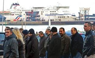 La SNCF, dont la filiale déficitaire SeaFrance a été liquidée lundi, va publier mercredi sur un site internet 500 propositions d'emplois, a déclaré à l'AFP le ministre des Transports, Thierry Mariani.