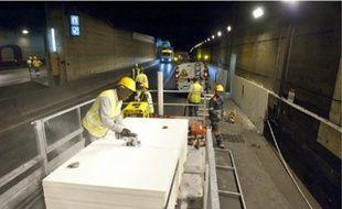 La semaine dernière, des ouvriers et électriciens équipaient le tunnel de la Défense.
