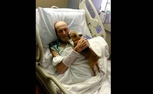 Capture d'écarn d'une vidéo montrant les retrouvailles entre James Wathen, 73 ans, et Bubba, son chihuhaha, à l'hôpital Baptist Health Corbin, dans le Kentucky, aux Etats-Unis.