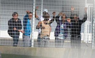 """Promiscuité, oisiveté, anxiété: tel est le lot des """"retenus"""", ces migrants en transit au centre de rétention administrative (CRA) de Nice, visité pour la première fois mardi par une élue PS et exceptionnellement par deux journalistes, dont une de l'AFP."""