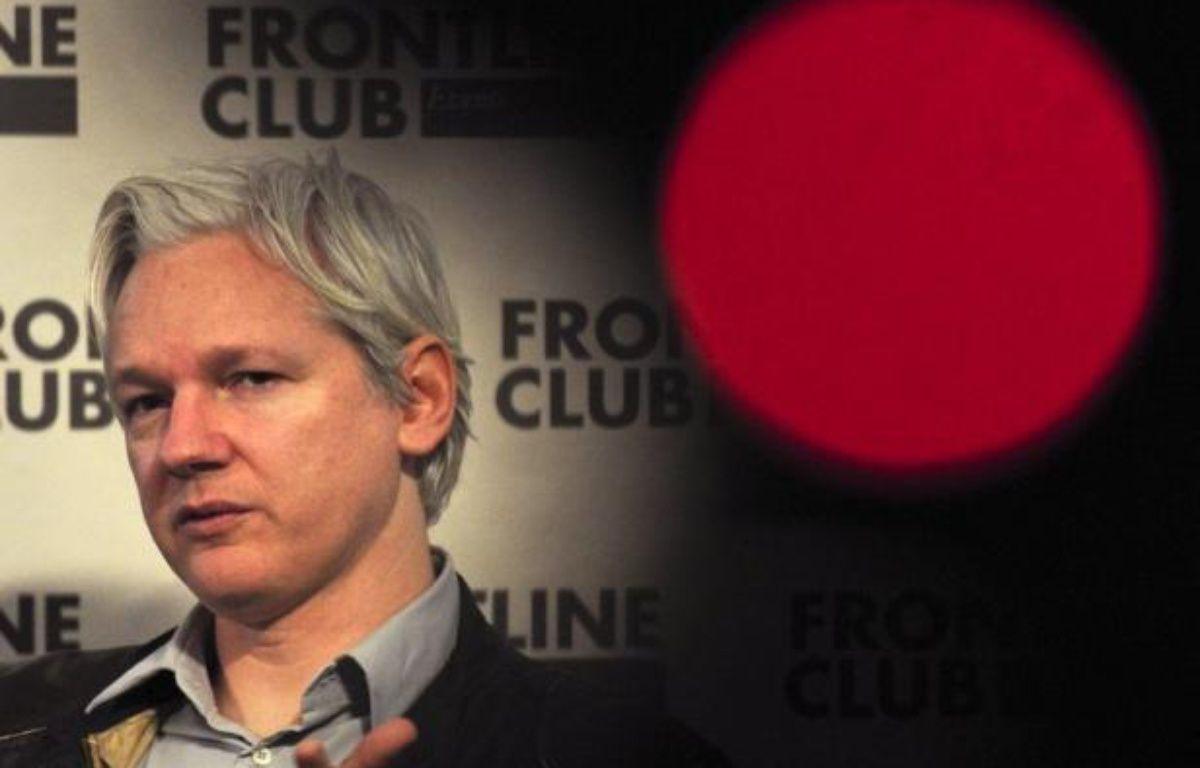 Julian Assange a provoqué un nouveau coup de théâtre en se réfugiant mardi à Londres à l'ambassade d'Equateur, pays à qui il demande l'asile politique après avoir épuisé en 18 mois de bataille juridique tous ses recours au Royaume-Uni pour échapper à une extradition en Suède. – Carl Court afp.com