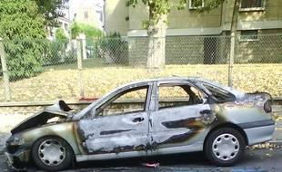 Des poubelles et des voitures ont été brûlées à Bagnolet après la mort d'un jeune homme qui fuyait la police.