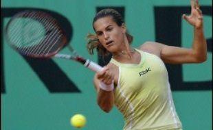 Après trois jours de grisaille et de froid, le soleil revenu sur Paris a donné de l'énergie à Amélie Mauresmo, qualifiée pour les huitièmes de finale du tournoi de tennis de Roland-Garros après une agréable balade d'une heure vingt face à la Serbe Jelena Jankovic.