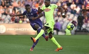 Issa Diop, le capitaine du TFC, face à l'Angevin Karl Toko Ekambi, le 21 avril 2018 au Stadium de Toulouse.